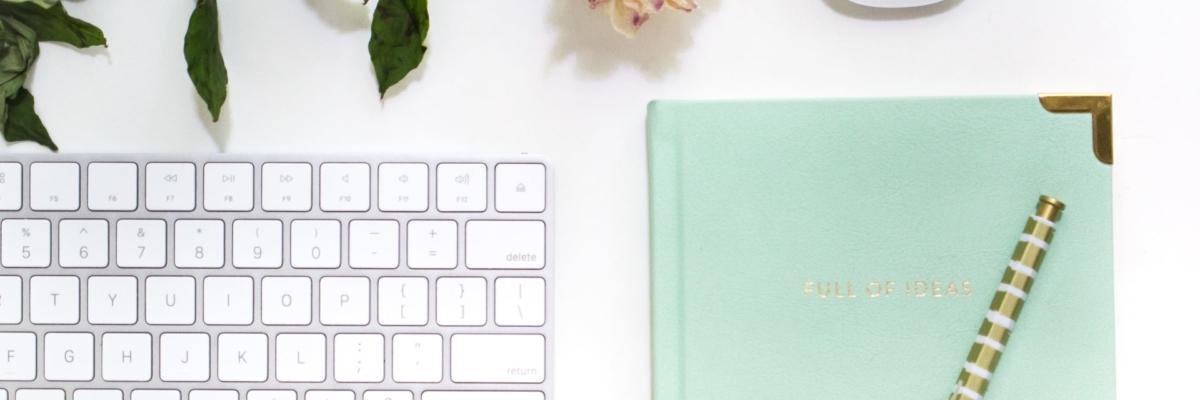 Carnet bleu turquoise et clavier d'ordinateur